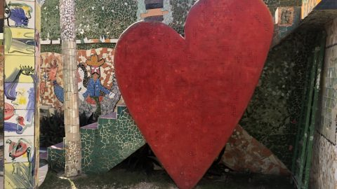 Cuban street art featuring a large image of a heart